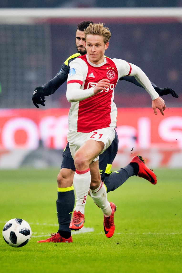 Frenkie de Jong passeert PSV-er Gastón Pereiro. Beeld anp