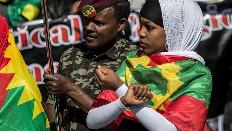 Een demonstrant bij een anti-overheidsdemonstratie. Ethiopiërs maken uit protest tegen de regering een X met hun armen. Beeld afp