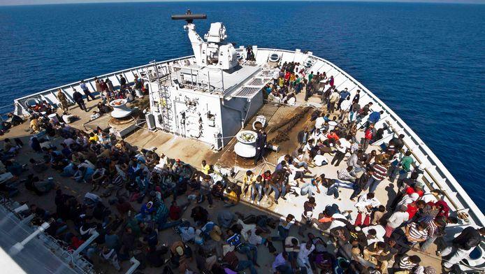 Ter illustratie: Migranten op het dek van HMS Bulwark