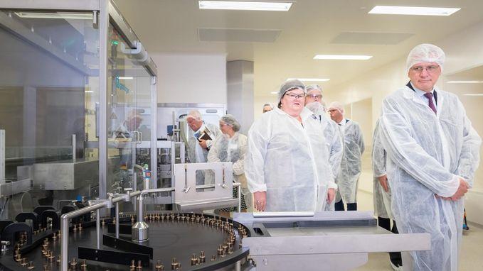 Ministers openen nieuwe lijn en labo van Alcon
