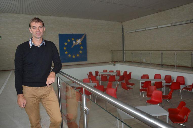Directeur Nico Van den Borre bij het vroegere zwembad dat werd omgebouwd tot een polyvalente zaal.