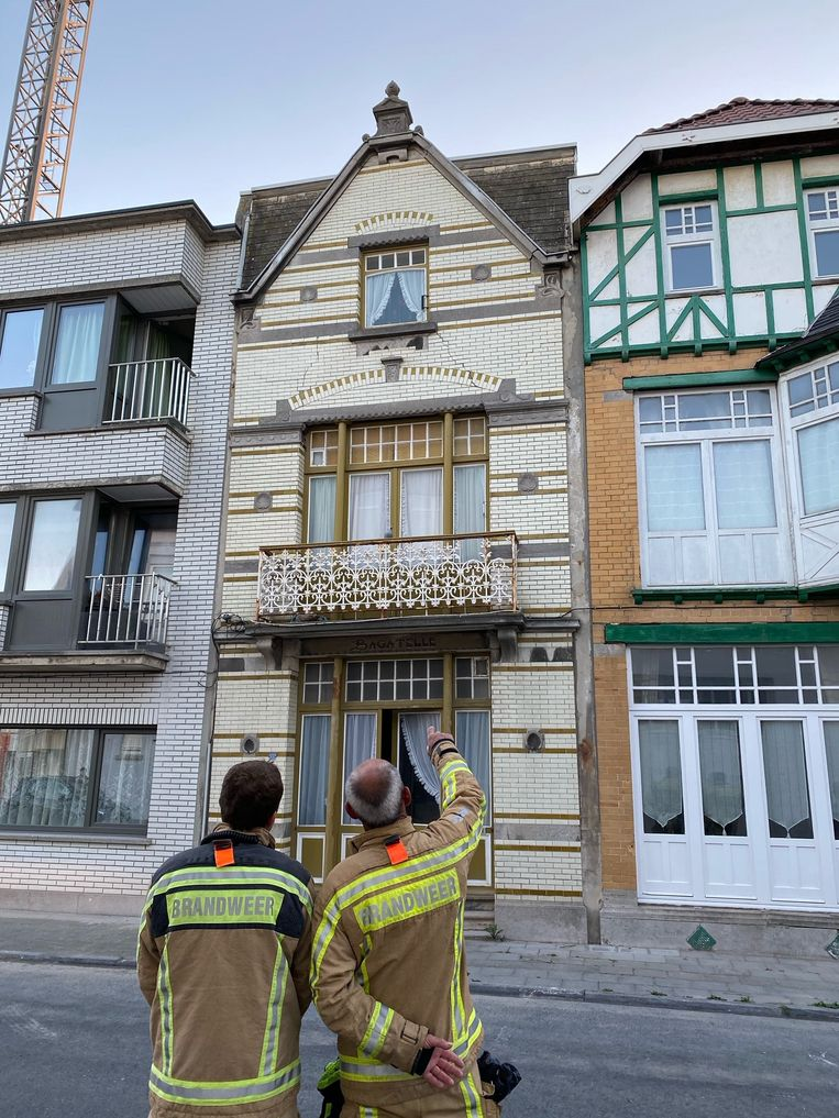 De brandweer bij de villa, die barsten en scheuren vertoont.