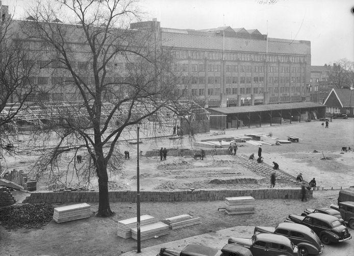 Stratenmakers aan het werk op het Vredenburgplein in 1946.