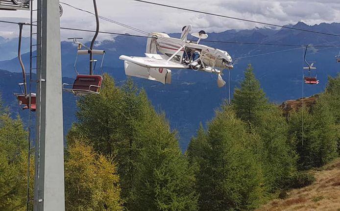 Gek genoeg bleef het vliegtuig vasthangen in de kabels van de stoeltjeslift.