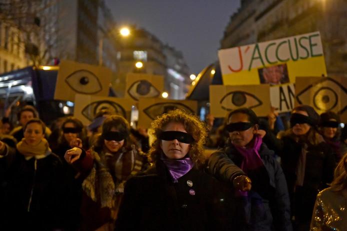 Feministische activisten betogen voor het theater in Parijs tegen de nominaties voor Roman Polanski's film 'J'accuse'.