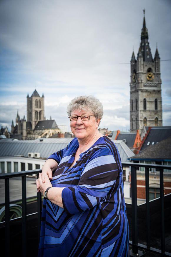 Mieke van Hecke woont sinds 2014 weer in het centrum van Gent, op een appartement waar ze een prachtig uitzicht heeft over de stad.