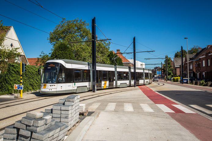 De eerste tram rijdt door Zwijnaarde.