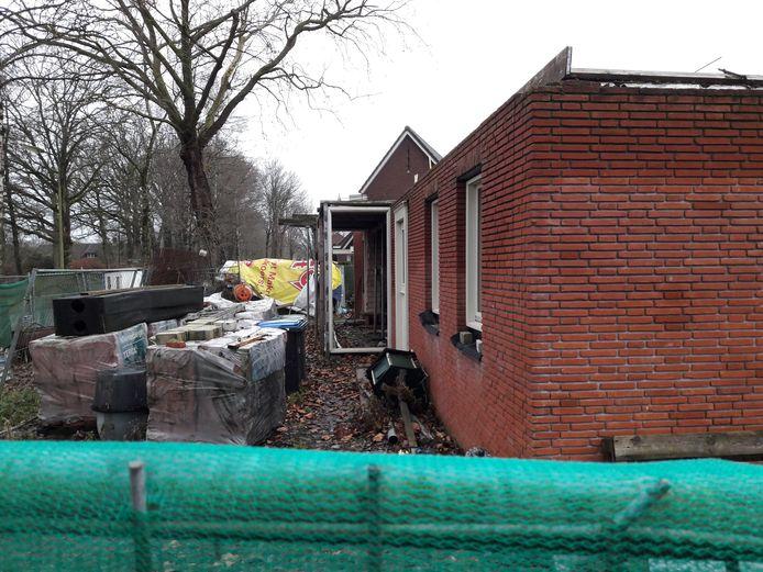 Zo stond de bouw er in 2018 voor op de hoek van de Wolvensteeg en de Mgr. Poelsstraat in OIsterwijk. Inmiddels zit er een dak op het huis.