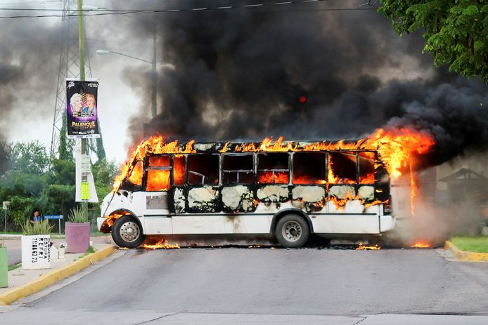 Tijdens de uitbraak van geweld gisteren in Culiacán staken leden van het Sinaloakartel onder meer bussen in brand.