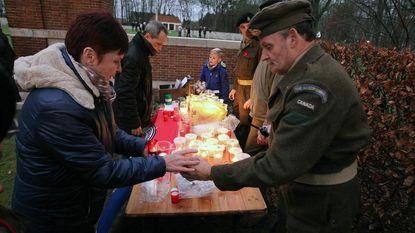 Kerstlichtjes bij oorlogsgraven