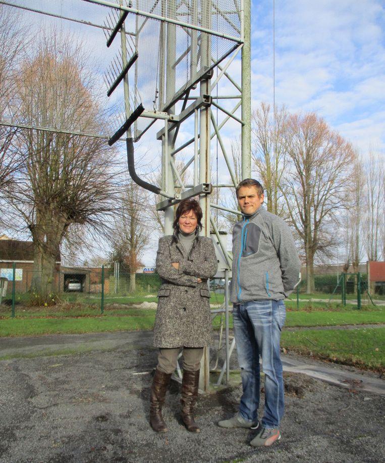 Schepen Gerda Verhulst en Tim Rottiers van de Schuttersvrienden.