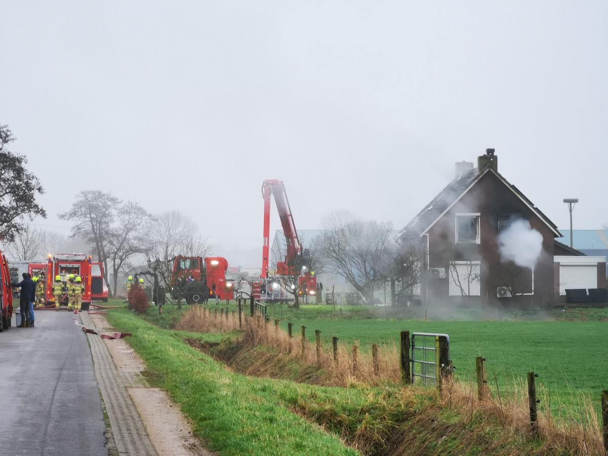Hulpdiensten bij de brand in een woning aan de Roodwilligenstraat in Duiven.