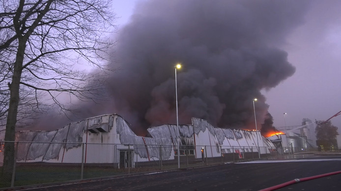 De loods in Roermond is volledig verwoest.