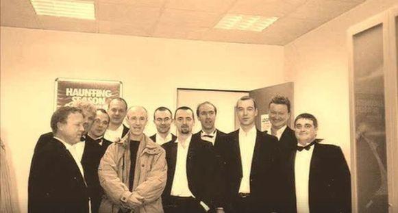 KOMMA wordt in 1998 gevraagd als achtergrondkoor van Raymond Van het Groenewoud om op te treden in het VTM-programma 'Het Mooiste Moment' gepresenteerd door Luc Appermont waar voetbaltrainer Raymond Goethals wordt gehuldigd.