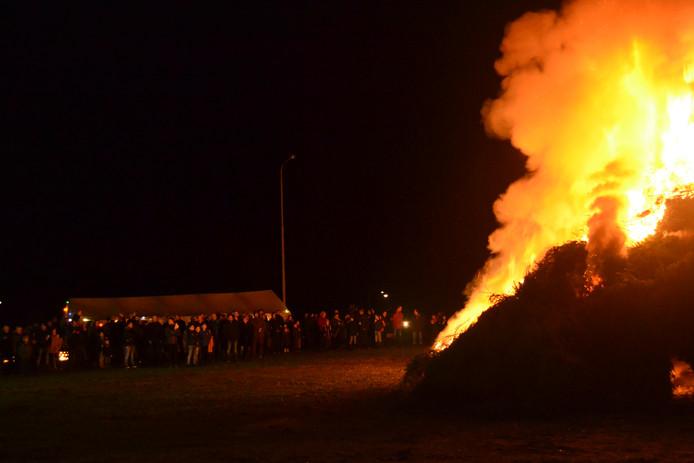 Het publiek in Schaijk blijft veilig op afstand bij de kerstboomverbranding in 2019.