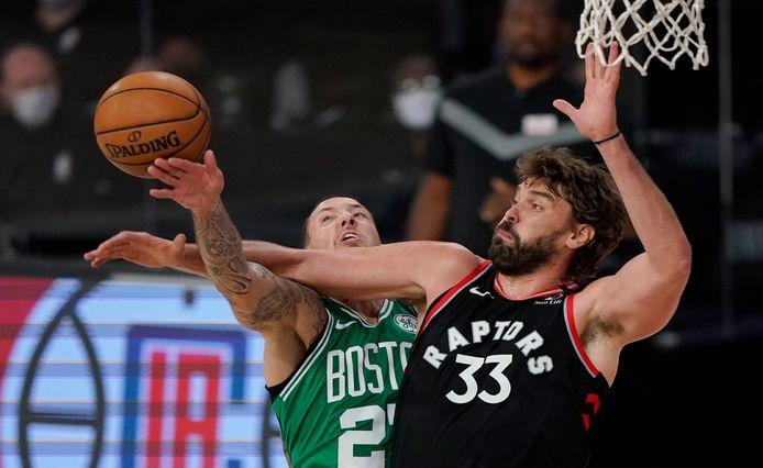Daniel Theis (Boston Celtics, links) en Marc Gasol (Toronto)
