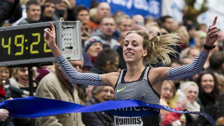 Susan Krumins-Kuijken gaat als eerste vrouw over de finish tijdens de Zevenheuvelenloop. Beeld ANP
