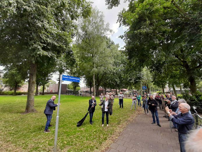 Ria van den Baar en Karel Buelens hebben in het Amandelpark in Vaartbroek in Eindhoven het naambordje van het Louis Buelenspad onthuld. Links Tjerk Langman van de LPF die zich ook sterk maakte voor een eerbetoon aan de omgekomen vliegenier.