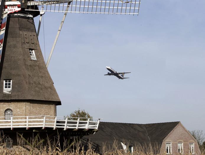 Ryanair toestel vliegt over de molen in Oerle.