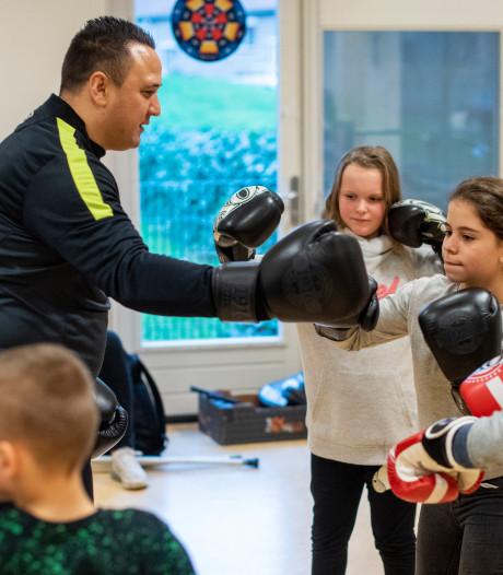 Kinderen Velp-Zuid sporten met bekende voetbalbroers Van Beukering uit hun eigen wijk