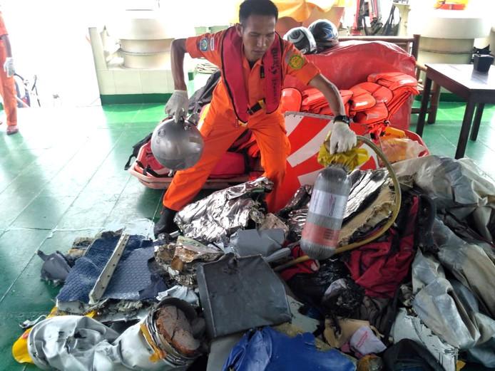 Wrakstukken en onderdelen van het gecrashte vliegtuig worden opgeslagen voor later onderzoek
