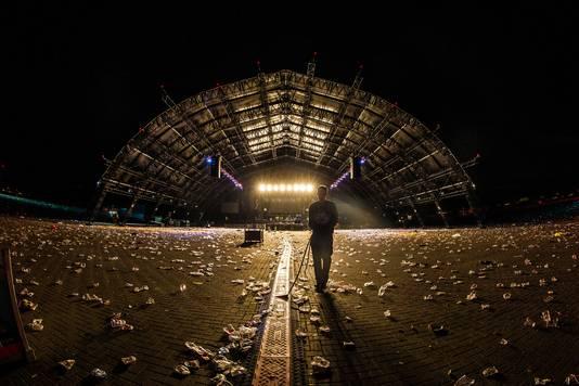 Biddinghuizen. Het terrein van popfestival Lowlands met op de achtergrond de enorme Alpha-tent wordt na afloop schoongeveegd.