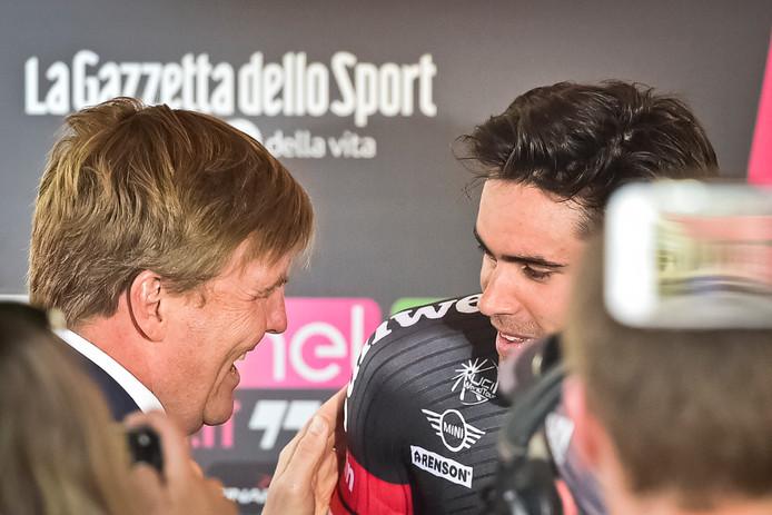 Sportief werd de start van de Giro d'Italia in Apeldoorn in 2016 een groot succes, met de zege voor Tom Dumoulin (hier wordt hij gefeliciteerd door de koning) in de proloog. Financieel ging de organisatie in Gelderland voor 4 ton het schip in.