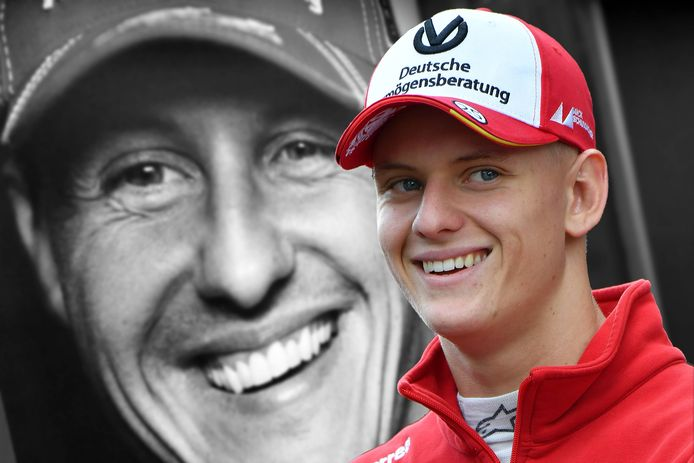 Mick Schumacher voor een portret van zijn vader.