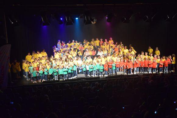 Het popconcert werd een prachtig en kleurrijk spektakel.