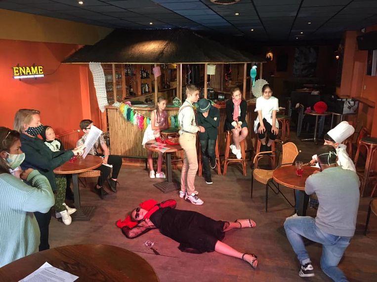 De leerlingen van Basischool Kroonlaan maakten hun eigen film, waarin een moord gebeurt.