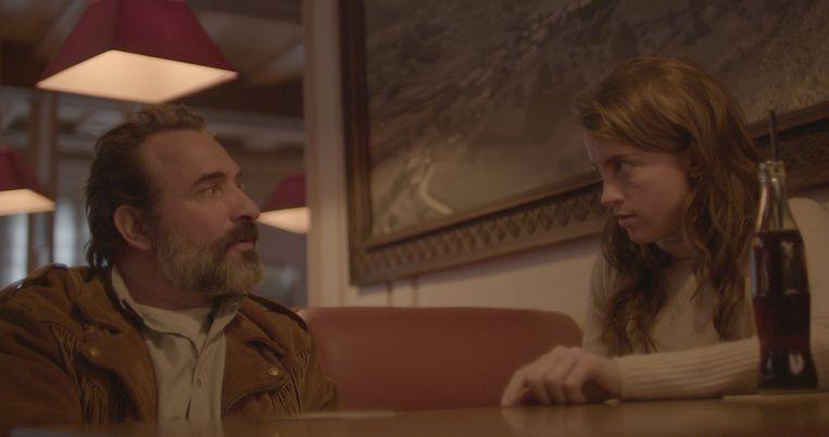 Jean Dujardin, zijn suède jasje en Adèle Haenel in Deerskin. Beeld Filmbeeld