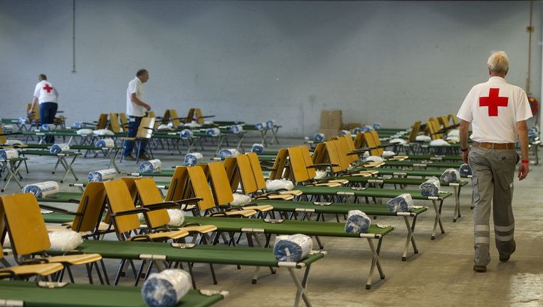 Vrijwilligers brengen een opvanglocatie voor vluchtelingen in Dordrecht in gereedheid. Beeld anp