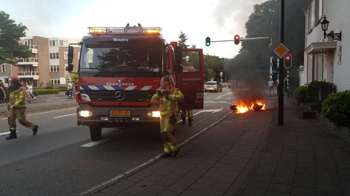 Tweewielig motorvoertuig vliegt in brand in Aalst.
