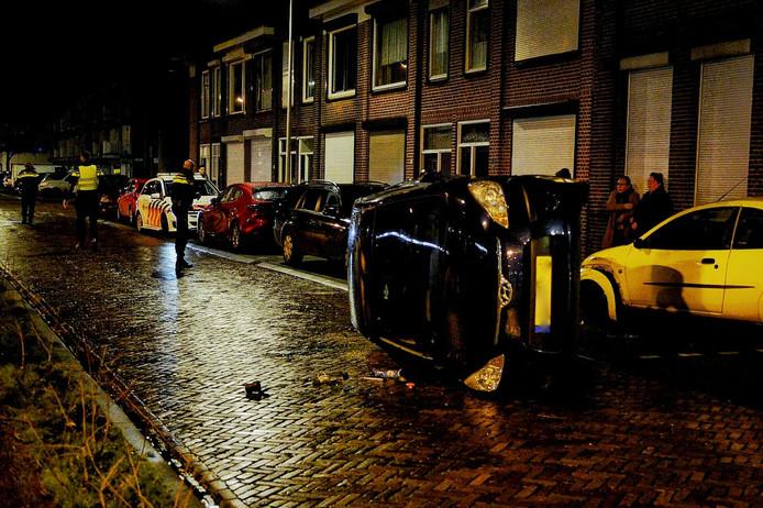 Auto op zijn kant in Bergen op Zoom