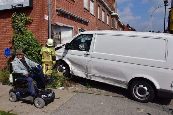 De bestelwagen strandde tegen de voorgevel van een woning op de hoek van de R8 met de Mellestraat.