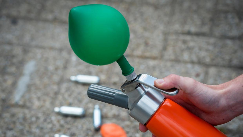 Naast de man in de auto vond de politie een cilinder met lachgas.