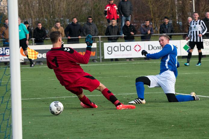 RKHVV - SJC. Lennart Rekmans scoort voor RKHVV. Volgend seizoen speelt hij voor MASV