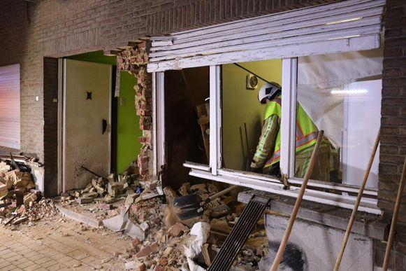 De woning liep bijzonder zware schade op. De bewoners, een vrouw van 71 en haar zoon, waren boven aan het slapen.