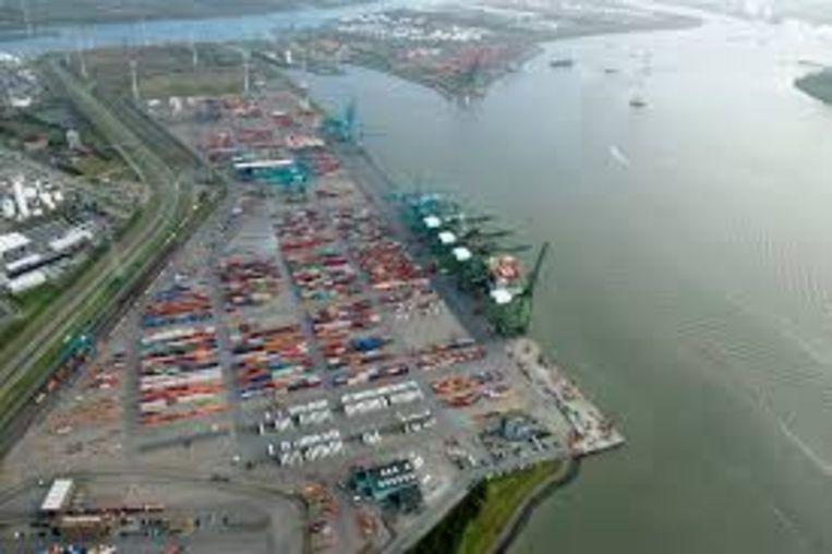 Een binnenschip verloor dertig containers ter hoogte van de Noordzeeterminal van havenbedrijf PSA.