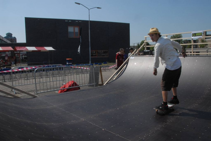 Stijn Dunnewijk uit Den Bosch, medewerker van het World Skate Center, in actie op de mini-ramp.