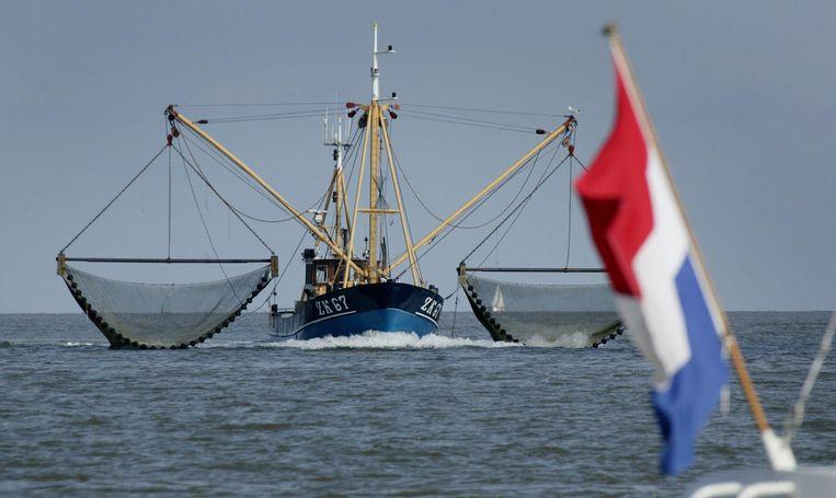 Een garnalenvisser voor de haven van Lauwersoog. FOTO KOEN SUYK, ANP   Beeld