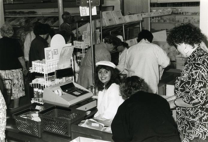 Drukte in de Unox-winkel op deze archieffoto uit de jaren 90. Destijds waren ook klanten 'van buiten' nog welkom in de zaak.