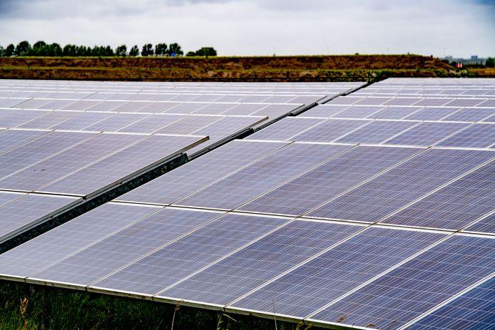 Beeld van een zonnepark, elders in Nederland. Is dat over honderden hectares straks ook het beeld rond Deventer in het buitengebied?