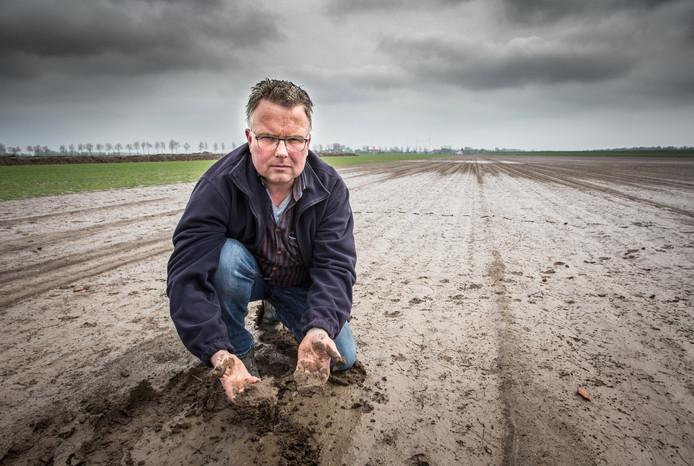 Basjan Niemansverdriet inspecteert zijn doorweekte akker.