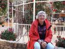 Bezoeker Ingrid Stens rust even uit op een muurtje in restaurant de Hangende Tuinen.