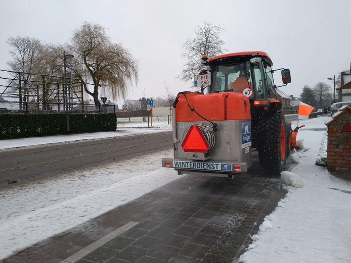 De nieuwe tractor trok voor het eerst de baan op om de fietspaden sneeuwvrij te maken