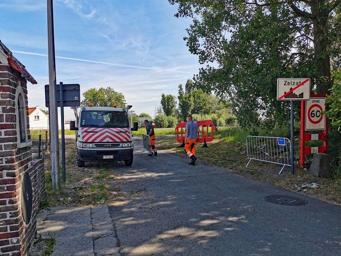 Gemeentewerkers verwijderen de grensblokkades in Zelzate