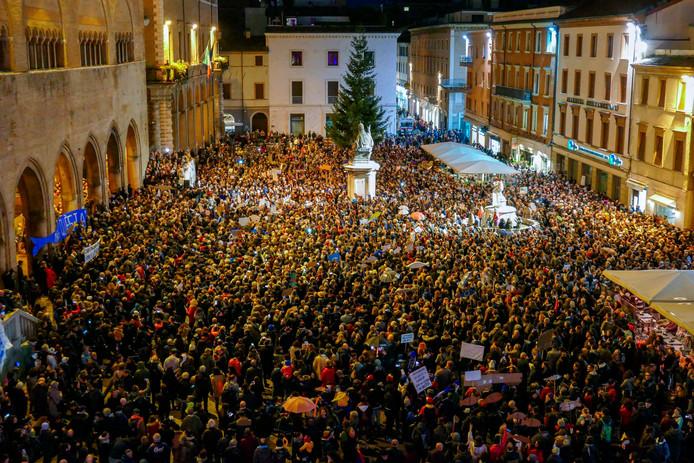 """Des milliers de """"sardines"""" se sont réunies à Rimini, le 24 novembre 2019."""