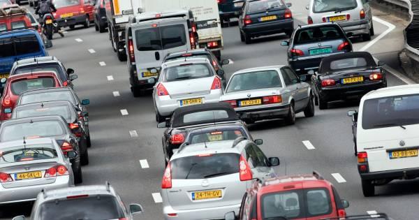 Enorme file richting Amsterdam na ongeluk met zeven autos.