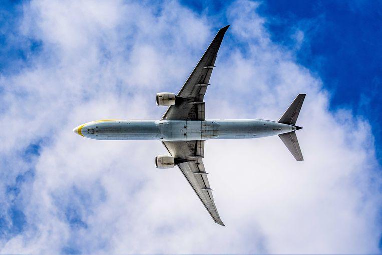 Een vliegtuig vliegt over in de omgeving van Schiphol. Beeld ANP
